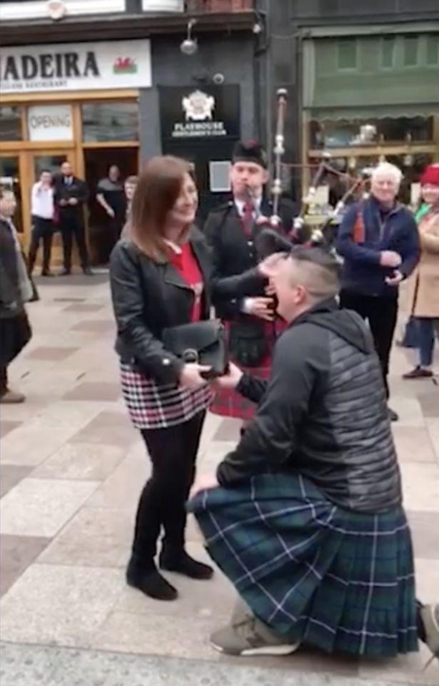 Người đàn ông cầu hôn vợ tại nơi đầu tiên cô đã chửi anh - 1