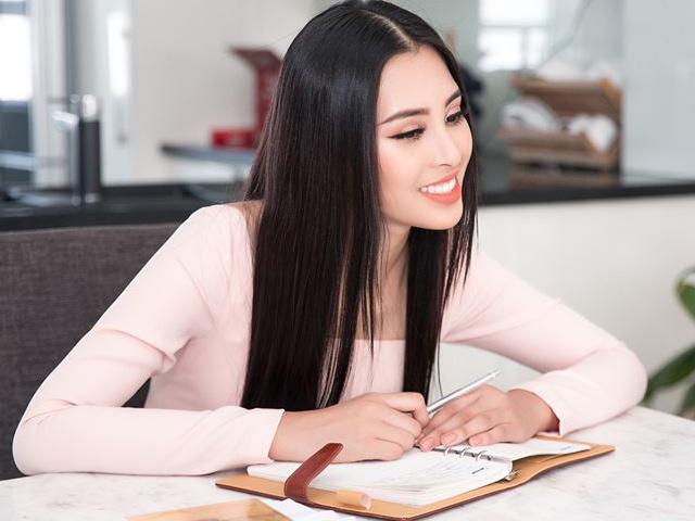Tiểu Vy tích cực học tiếng Anh chuẩn bị dự thi Miss World