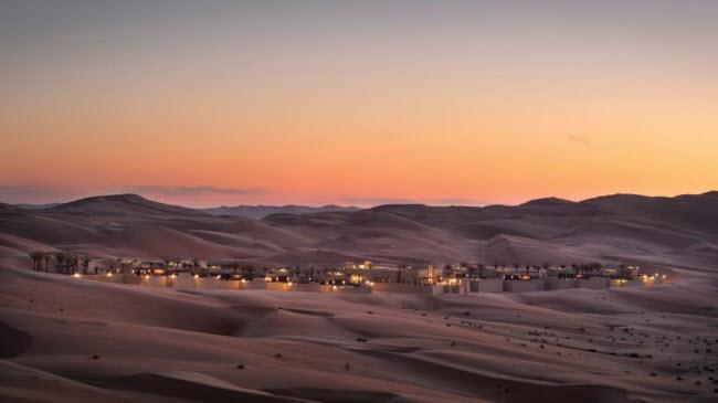 Nằm sát sa mạc cát Empty Quarter ở UAE, khu nghỉ dưỡng Qasr Al Sarab giúp du khách có cơ hội khám phá một trong những khung cảnh hoang dã tuyệt vời nhất thế giới.