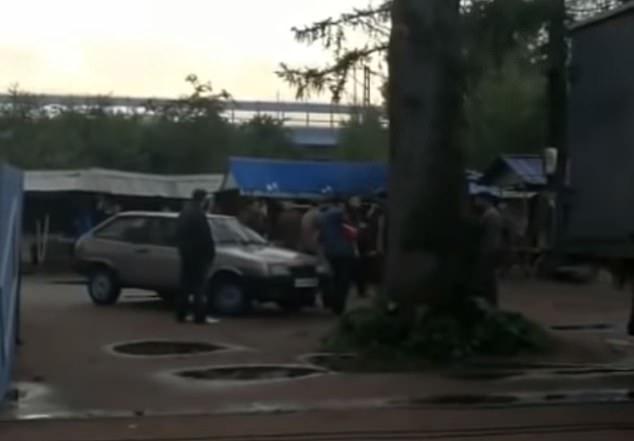Hãi hùng cảnh tay súng Mexico bắn gục 5 người trước mộ trùm ma túy - 1