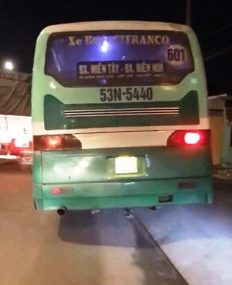 """Clip xe buýt chạy tốc độ """"bàn thờ"""" trên vỉa hè ở Sài Gòn - 1"""