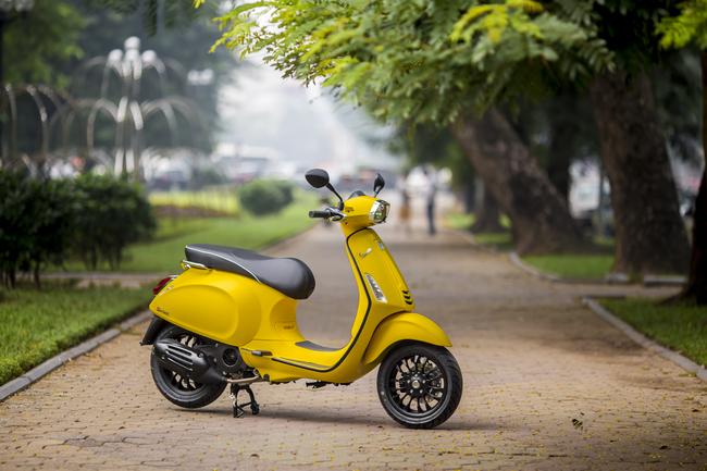 Trong số các xe tay ga hạng sang hiện nay ở thị trường Việt Nam thì Vespa Sprint 125 ABS là dòng xe được đánh giá cao. Xe có nhiều phiên bản tùy chọn, đáng chú ý trong số đó có Vespa Sprint bản màu vàng nhám nhìn rất sang chảnh và quý phái.