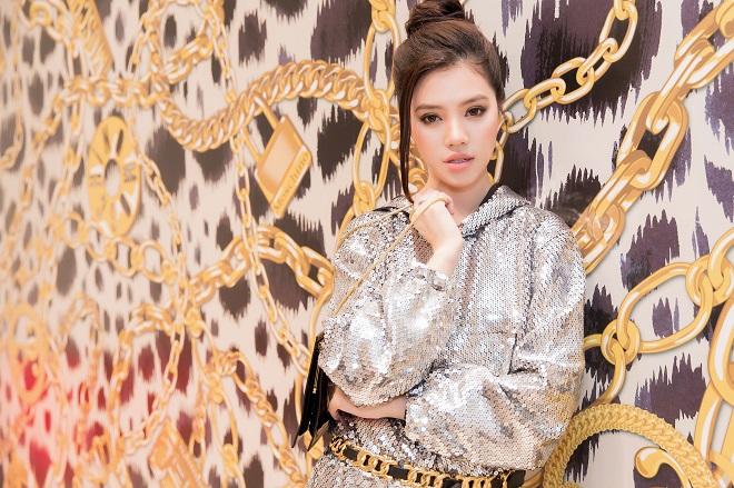 """Hoa hậu Jolie Nguyễn """"đụng hàng"""" siêu mẫu Naomi Campbell: Ai thần thái hơn? - 1"""