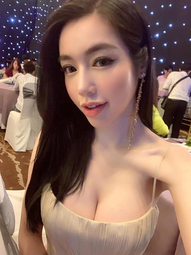 Mới đây Elly Trần chia sẻ ảnh tự chụp khi tham gia một sự kiện. Tuy khoe vòng một nhưng Elly lại khiến nhiều người kinh ngạc vì xương quai xanh của cô lộ vẻ hốc hác.