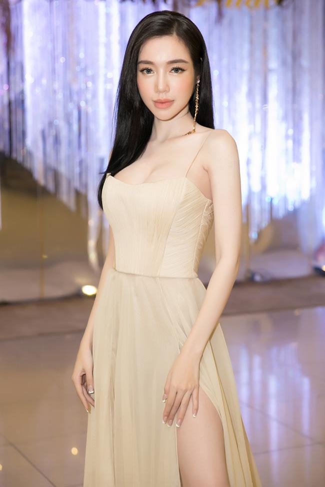 Hiện tại Elly Trần cao 1,68m, nặng 45kg, số đo ba vòng 88-59-92.