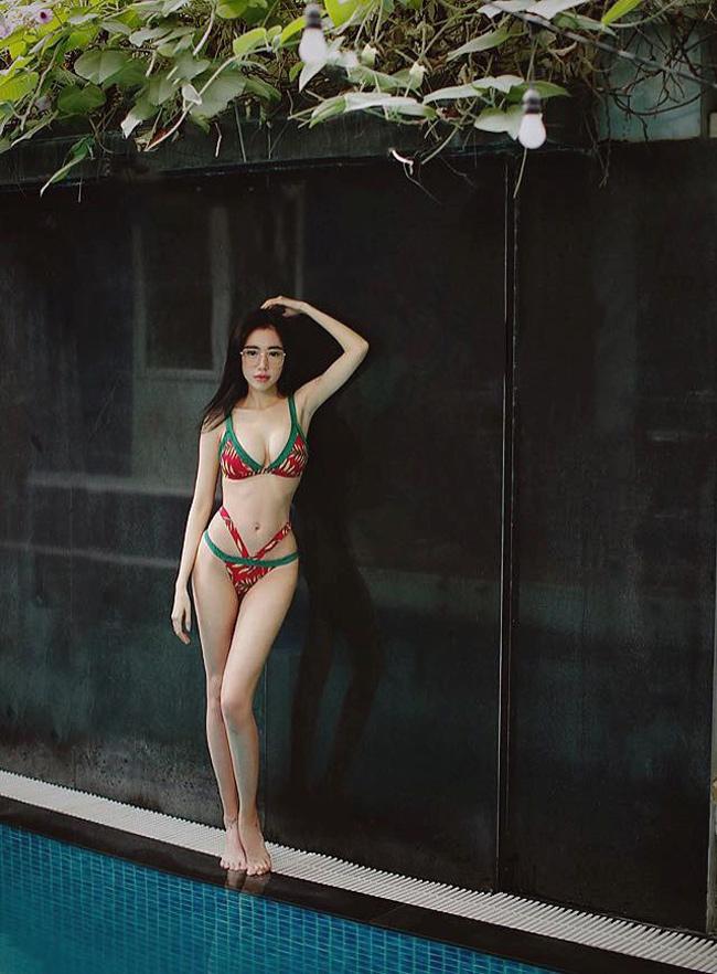 Trên trang cá nhân, Elly thường xuyên chia sẻ ảnh gợi cảm, khoe body nuột nà. Tuy nhiên, không ít cư dân mạng cho rằng hot girl đã sử dụng phần mềm chỉnh sửa ảnh khiến bức ảnh trở nên hoàn hảo so với ngoài đời.