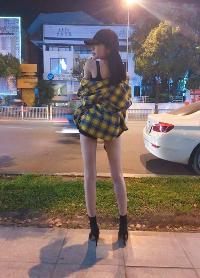 Từ cuối năm 2017, Elly Trần đã có dấu hiệu giảm cân. Đôi chân gày guộc khiến một số ý kiến cho rằng cô đang khiến cơ thể giảm đi sức hút.
