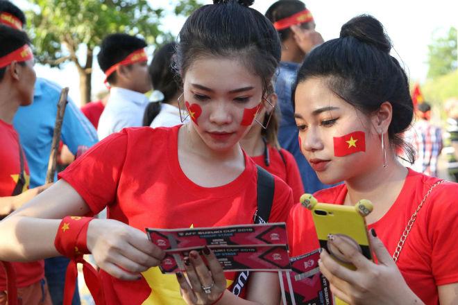 """Việt Nam đấu Lào: """"Rừng"""" fan áo đỏ áp đảo chủ nhà, hâm nóng khán đài - 1"""