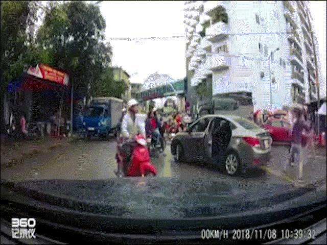Clip nam thanh niên đuổi chém tài xế ô tô sau va chạm giao thông