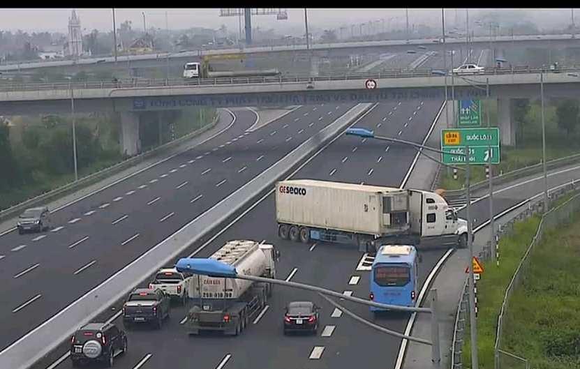 Phẫn nộ: Xe container chạy ngược chiều kiểu giết người trên cao tốc - 1