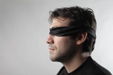 Anh: Giả gái, dụ 4 đàn ông đến nhà bịt mắt quan hệ - 1
