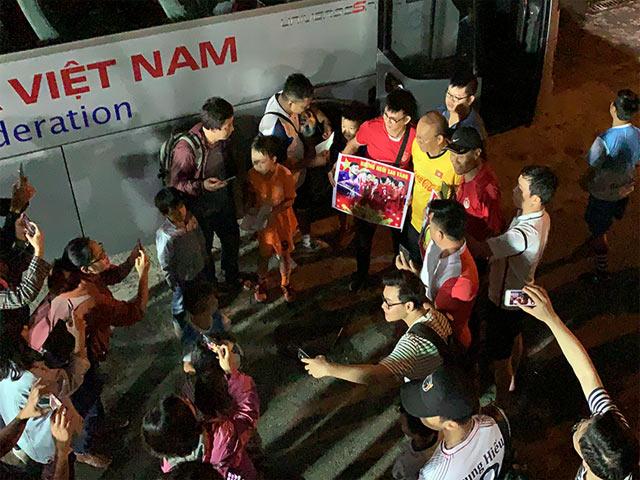 HLV Park Hang Seo toát mồ hôi thoát vòng vây fan cuồng nhiệt