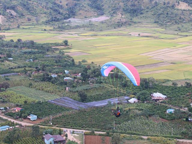 Du khách phấn khích với môn thể thao mạo hiểm dù lượn trên núi lửa