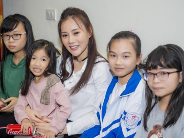 """""""Quỳnh búp bê"""" Phương Oanh về quê Hà Nam, fan đến nhà vây kín"""