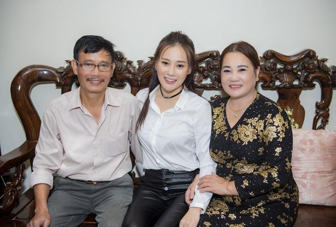 """""""Quỳnh búp bê"""" Phương Oanh về quê Hà Nam, fan đến nhà vây kín - 1"""
