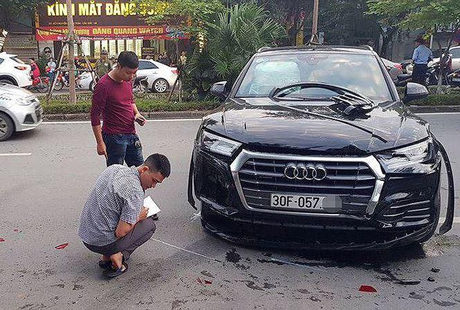 Clip xe Audi lùi như tên bắn, húc văng người đi đường giữa Hà Nội - 1