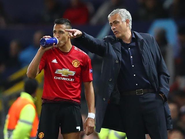 MU dễ loạn: Sanchez nổi giận Mourinho bỏ rơi derby, đào tẩu đến PSG