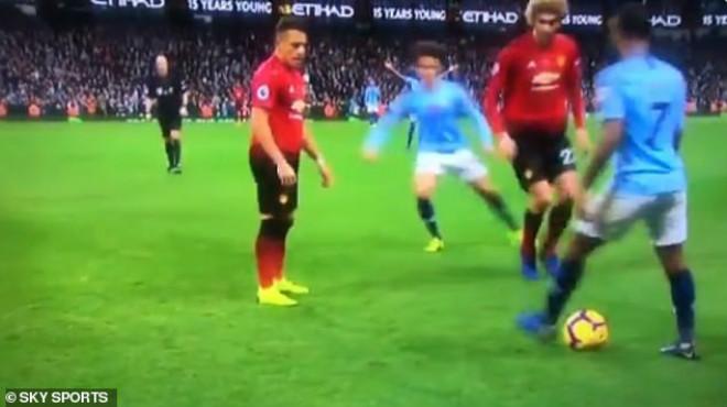 Man City đè bẹp MU: Pep cãi vã Sterling vì trò cưng trêu tức đối thủ - 1