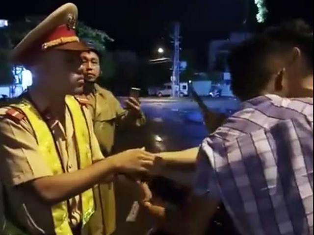 """Vụ """"CSGT ngã ngửa"""": Thiếu úy Linh xin nghỉ phép vì bị """"sốc""""?"""
