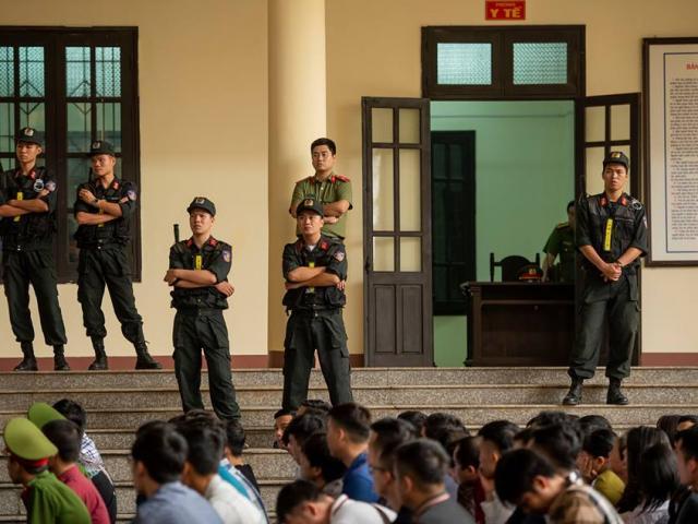 """Ảnh: Cảnh sát bảo vệ nghiêm ngặt phiên tòa xét xử """"trùm"""" bài bạc ngàn tỷ"""