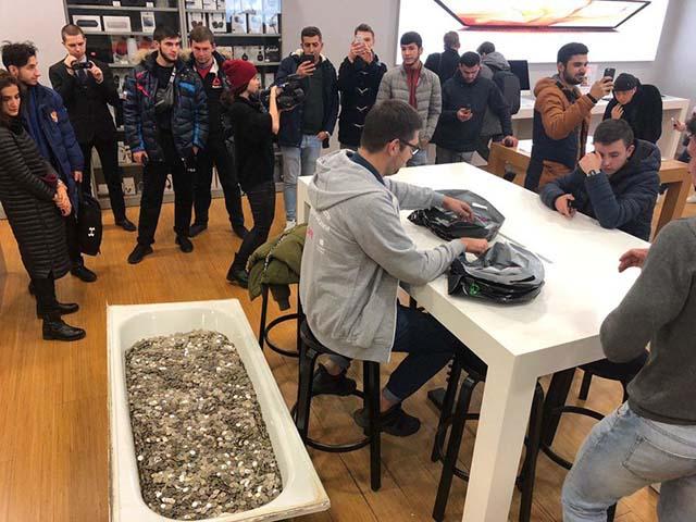 SỐC: Nhóm thanh niên mang bồn tắm đầy tiền xu đi mua iPhone XS