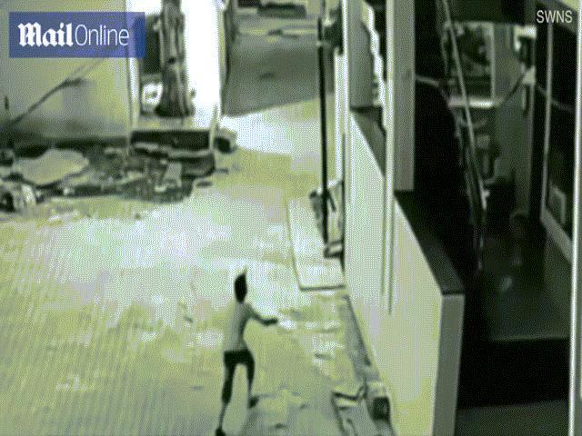 Ấn Độ: Bé trai rơi từ tầng 3 trúng người bạn và diễn biến không tưởng