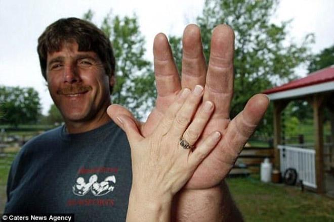 Lực sỹ có đôi tay to nhất thế giới, vật tay không có đối thủ - 1