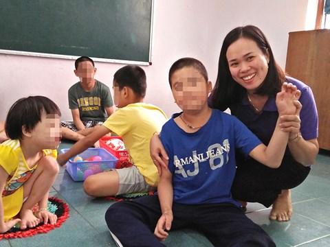 Cô giáo chỉ cười… khi bị học trò đánh - 1