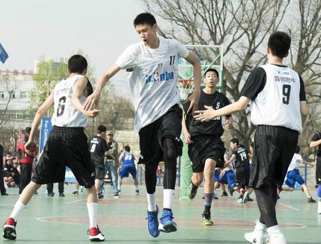 """Trung Quốc """"ra lò"""" 5 VĐV khổng lồ: Chưa 18 tuổi đã cao trên 2m10 - 1"""