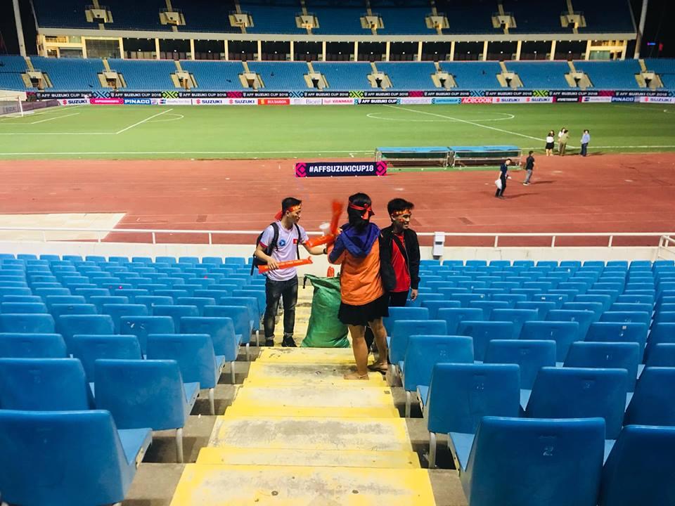 """8 bạn trẻ bất ngờ giúp vạn CĐV xử lý """"hậu quả"""" ở sân Mỹ Đình sau trận Việt Nam - Malaysia - 1"""
