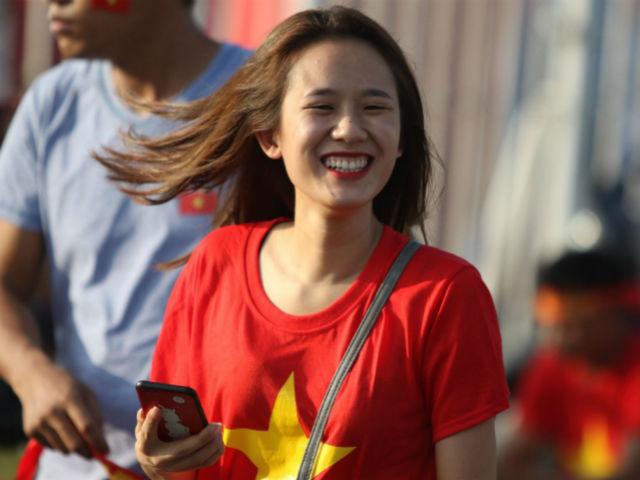 Fan nữ xinh rực đỏ Mỹ Đình tiếp lửa ĐT Việt Nam đấu Malaysia