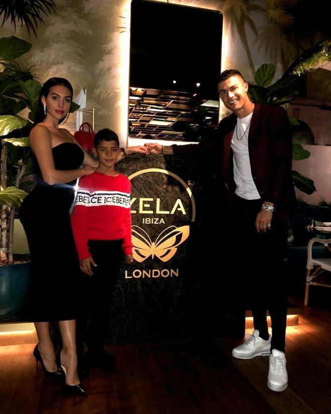 Ronaldo thăng hoa tình yêu: Khoe nhẫn 18 tỷ đồng cầu hôn mỹ nhân - 1