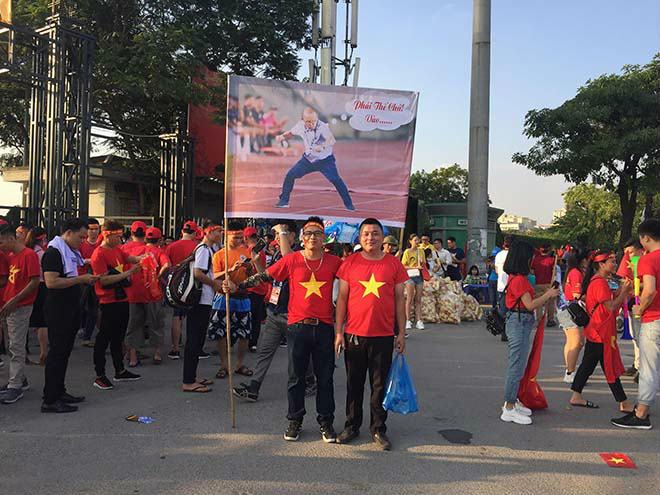 Fan cuồng nhiệt của ĐT Việt Nam và Park Hang Seo đại náo Mỹ Đình - 1