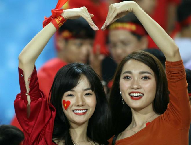 Ngọc Nữ và dàn hot girl tiếp sức ĐT Việt Nam đại thắng Malaysia - 1