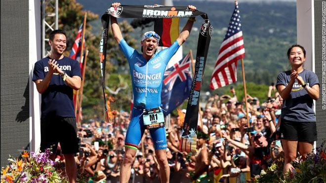 """""""Người sắt"""" phá kỷ lục 40 năm: Bơi-chạy-đạp xe 226km để cầu hôn mỹ nhân - 1"""