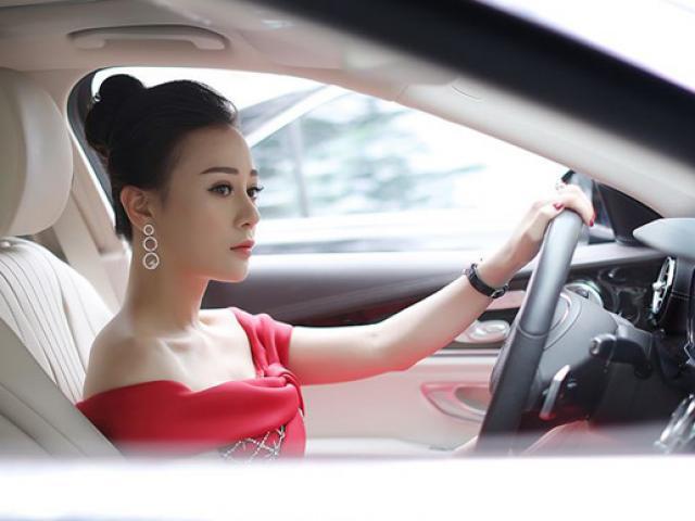 """Phương Oanh """"Quỳnh búp bê"""" tự lái xế hộp 3 tỷ đi chấm thi sắc đẹp"""