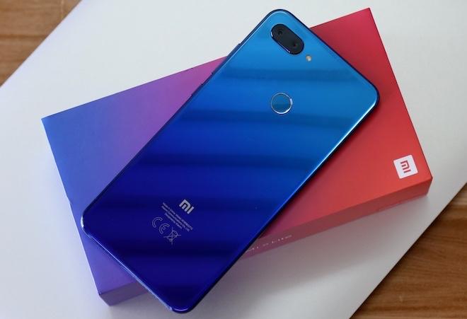 """Đánh giá Xiaomi Mi 8 Lite: Mặt lưng chuyển màu, """"cày"""" game khỏe - 1"""