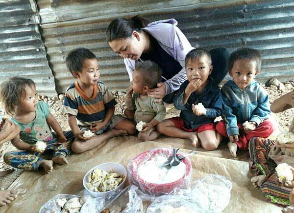 Cô giáo trẻ nấu cơm cho hàng trăm trò nghèo - 1