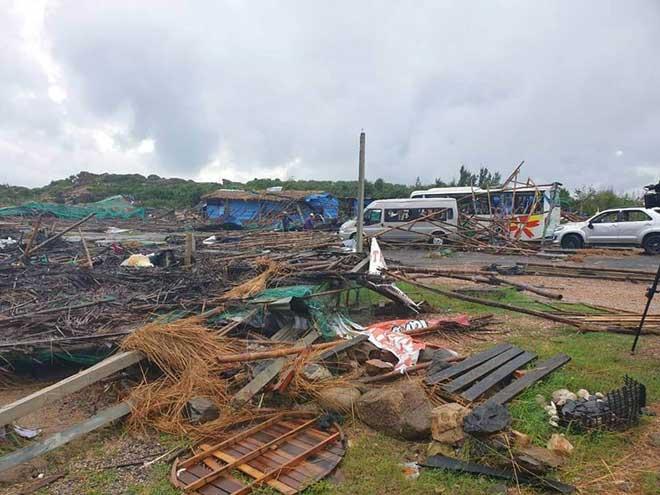 Phú Yên: Lốc bất ngờ ập xuống Gành Đá Dĩa, hàng chục du khách bị thương - 1