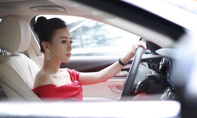 """Phương Oanh """"Quỳnh búp bê"""" tự lái xế hộp 3 tỷ đi chấm thi sắc đẹp - 1"""