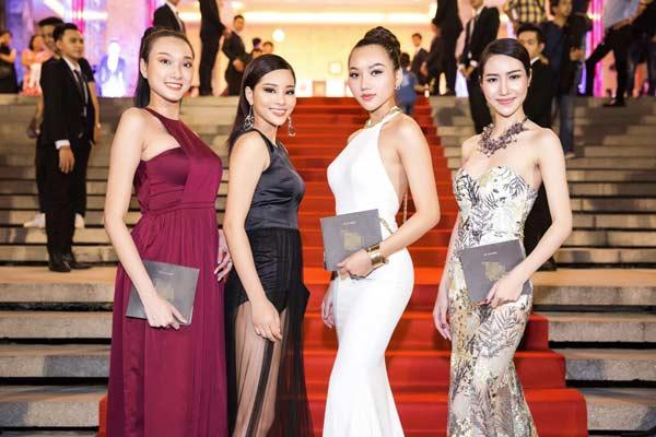 Hương Tràm, Hương Giang khổ sở mượn váy áo đi sự kiện - 1