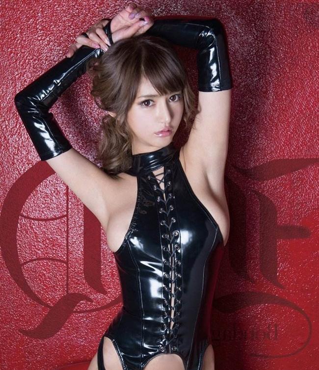 Aso Nozomi là một trong những ngôi sao phim 18+ nổi tiếng xứ Phù Tang. Giữa lúc sự nghiệp đang lên, cô bất ngờ tuyên bố giải nghệvào năm 2006. Cũng trong năm này, người đẹp sinh năm 1988 bị bắt và tạm giam một thời gian vì sử dụng ma túy.