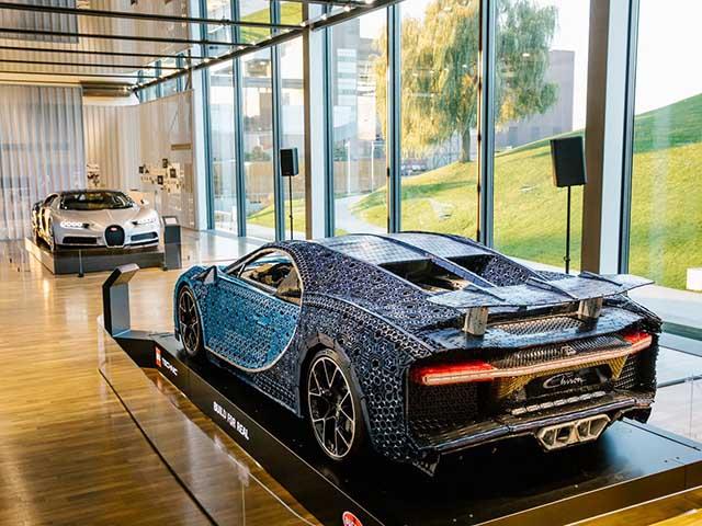 """Mô hình lego Bugatti Chiron được trưng bày bên cạnh Bugatti Chiron """"thật"""""""