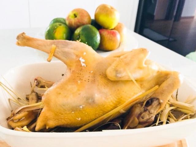 Vừa xem AFF Cup vừa nhậu lai rai cùng gà hấp muối sả giòn thơm, chắc thịt