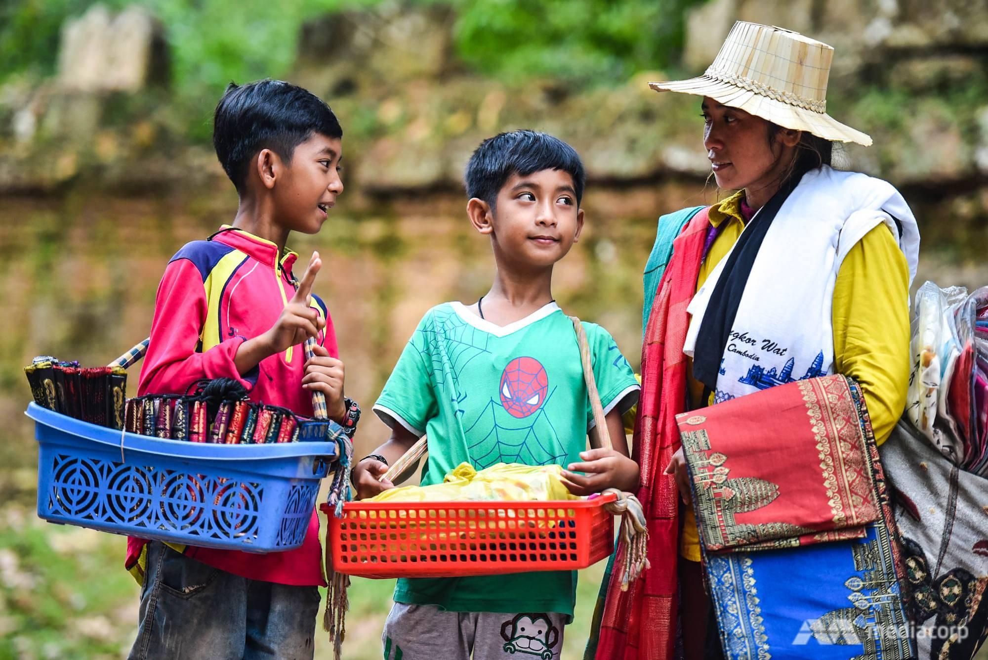 """Cậu bé hàng rong Campuchia biết 16 ngôn ngữ """"đổi đời"""" sau khi lên mạng - 1"""