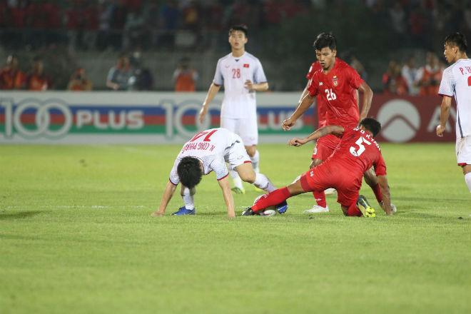HLV Park Hang Seo nổi đóa đấu khẩu thầy Đức vì Công Phượng - 1