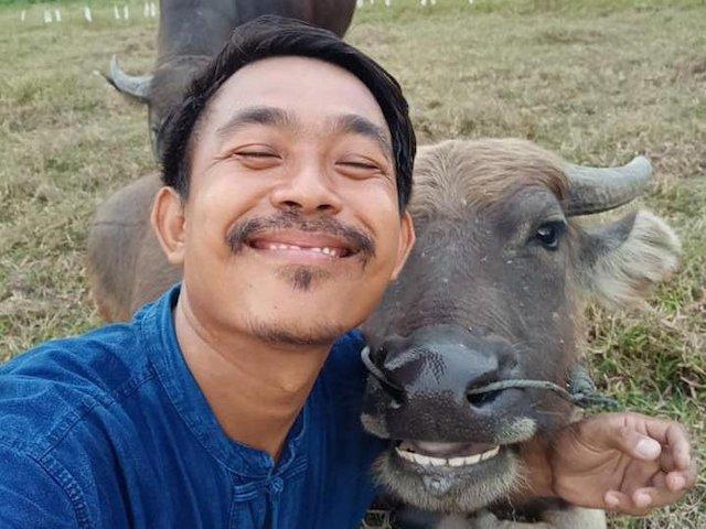 """Anh nông dân Thái Lan trở thành """"hiện tượng Facebook"""" nhờ ảnh selfie với trâu"""