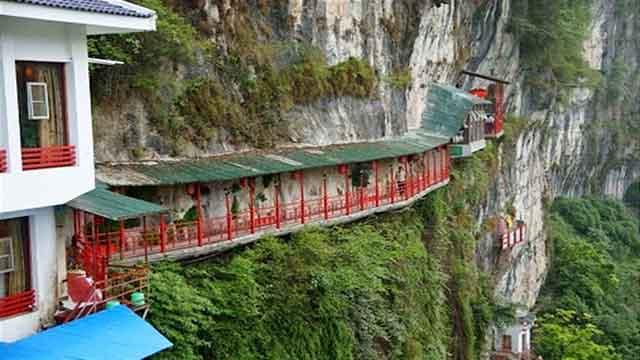 Nhà hàng đá đè thách thức du khách muốn ăn phải vượt qua cây cầu thót tim này - 1