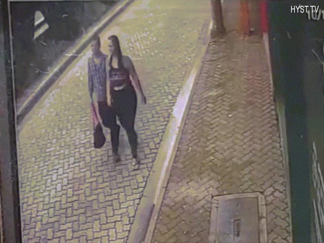 Ô tô đâm đến cực nhanh, người đàn ông cứu bạn gái trong chớp mắt