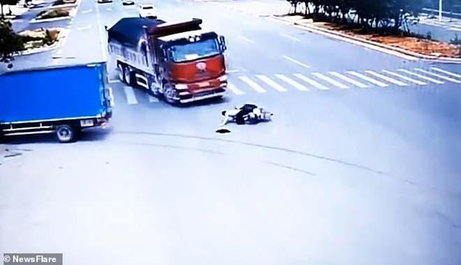 Kỳ diệu: Nam thanh niên sống sót sau khi suýt bị hai xe tải tông trúng - 1